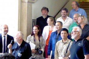 Bei der Ausstellungseröffnung im Palazzo Bunaguro in Bassano del Grappa im Kreis seiner Hobby-Kollegen: Manfred Läkemäker (vorne rechts)